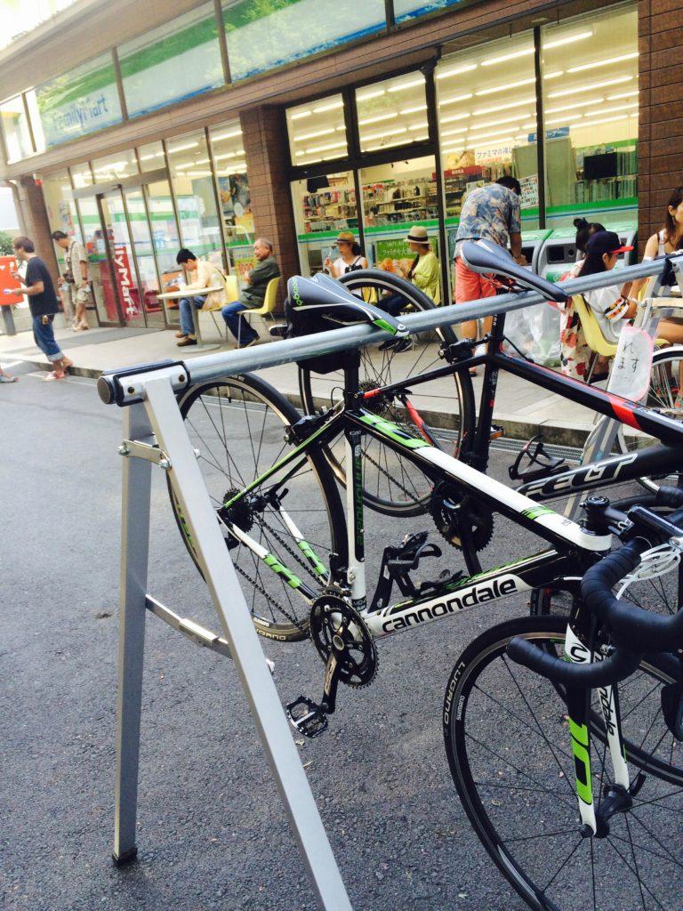 和歌山県高野山のファミリーマートのサイクルラック