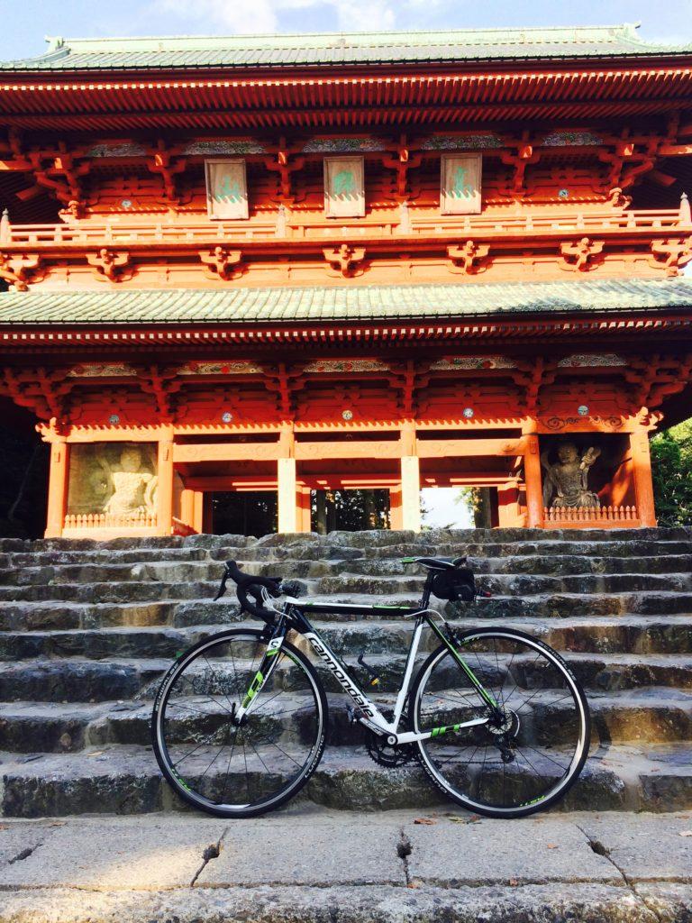 和歌山県高野山大門とロードバイク