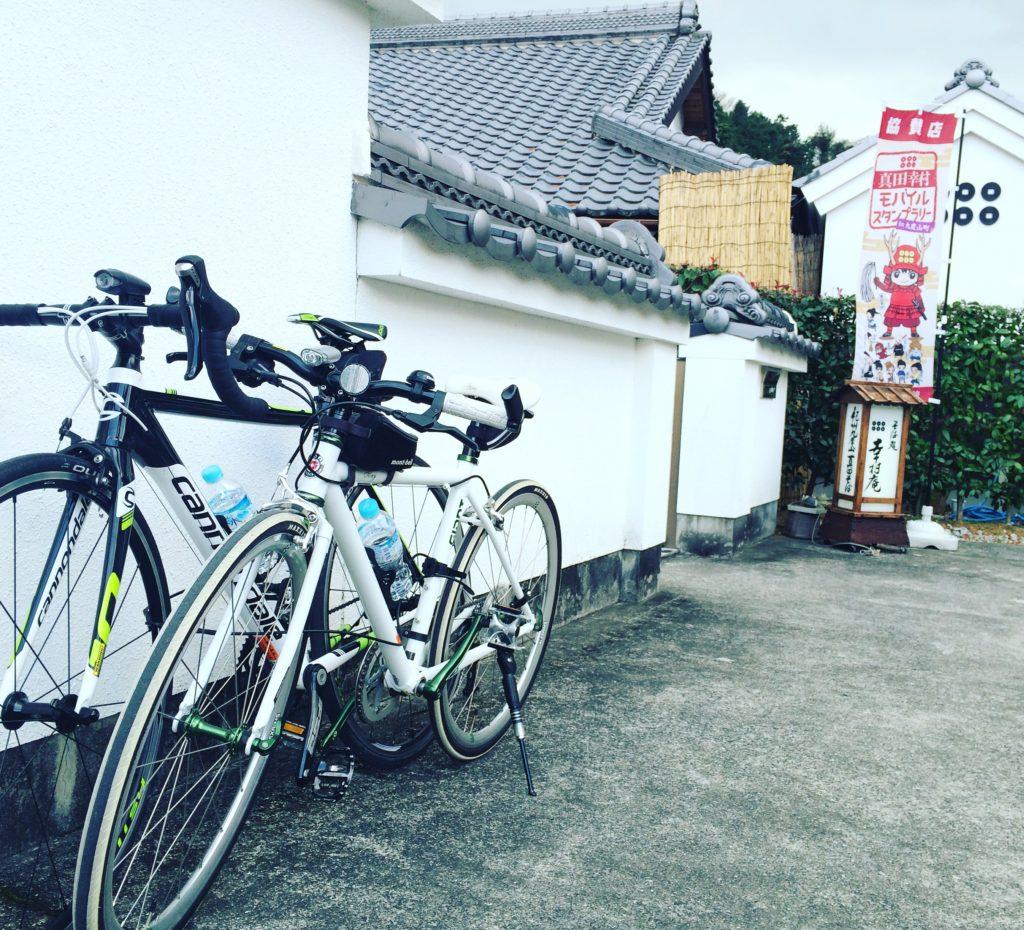 九度山町の幸村庵の外観とロードバイクとクロスバイク