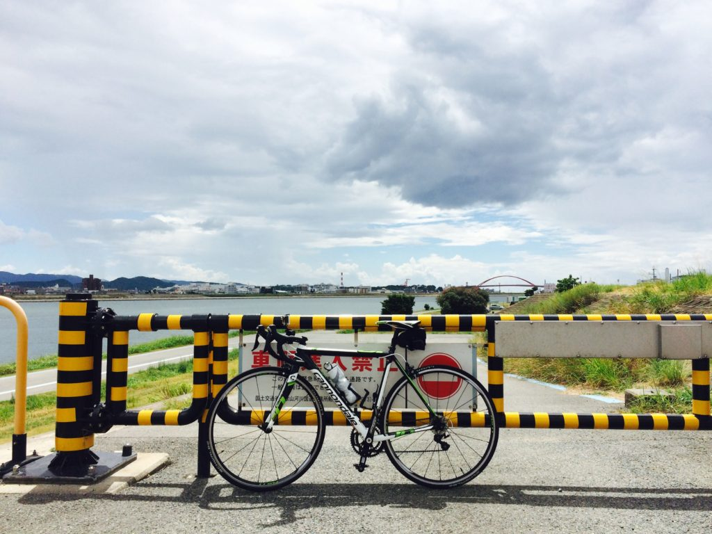 ロードバイクと紀ノ川サイクリングロード 紀の川大橋入口