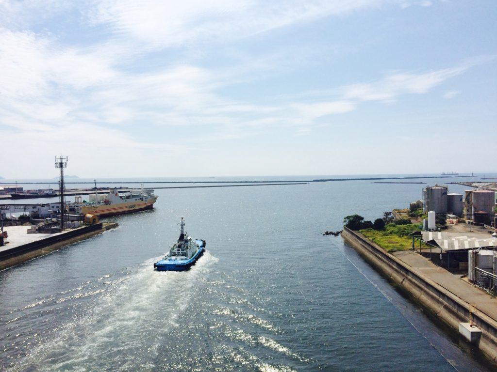 ロードバイク上から和歌山市青岸橋から見る和歌山港の風景